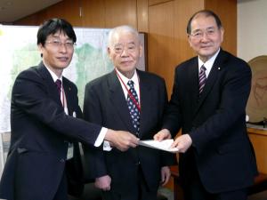 写真:杉林堅次会長、永井恒司名誉会長、細川律夫厚生労働大臣